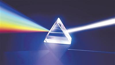 三棱镜是某类光谱仪中最重要的元件,它们可以将光分解为光谱。