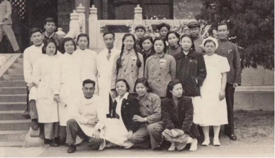 李纯(前排右二)与七楼内科病房同事合影
