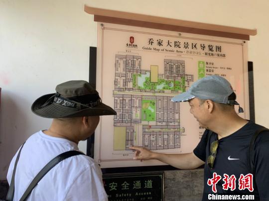 图为 : 旅客正在旁观景区导览图 。  刘小白 摄
