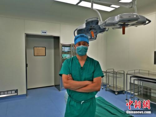 王维斌医生在手术室 王维斌供图
