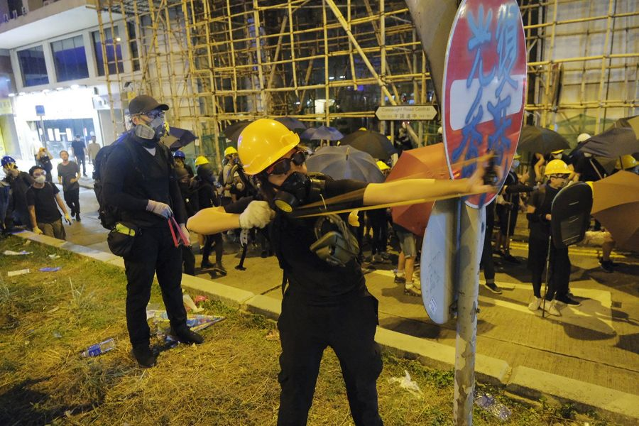 A violent radical attacks the police with a slingshot in Sheung Wan, south China