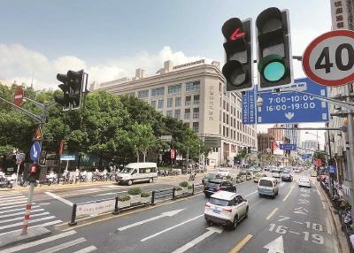 """跟着""""智能交通讯号灯体系""""的使用 , 本来河北中路宁波路路心的交通堵面变得畅达 。 文报告请示记者赵坐枯摄"""
