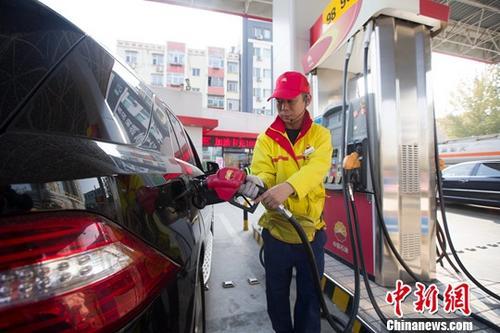 国内汽、柴油价格下调 家用车一箱汽油约