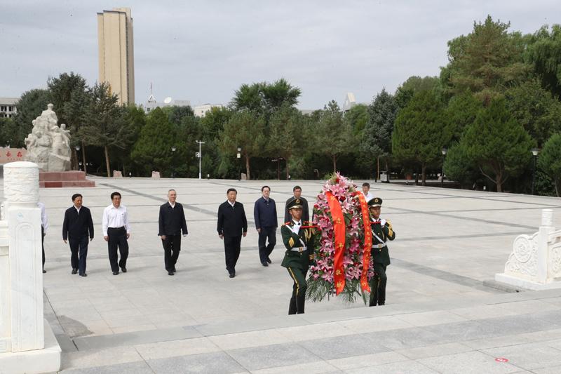 8月19日至22日,中共中央总书记、国家主席、中央军委主席习近平在甘肃考察。这是20日上午,习近平来到张掖市高台县,瞻仰中国工农红军西路军纪念碑,向革命先烈敬献花篮。