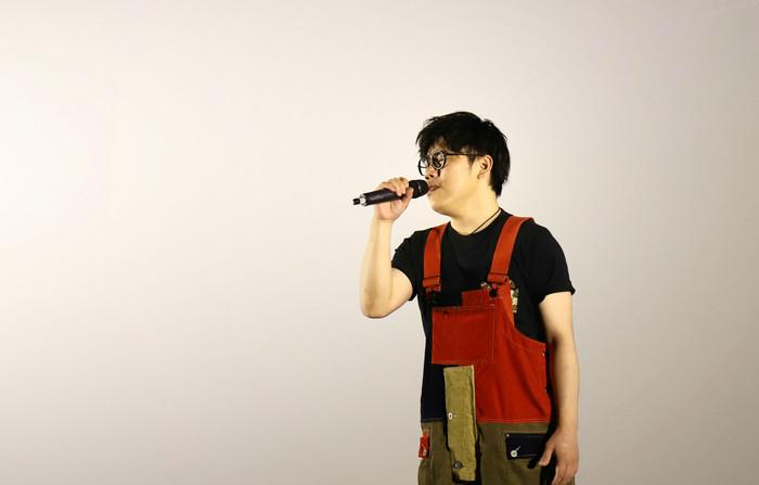 歌手李琦在首映会现场演唱影片插曲《就在远方》