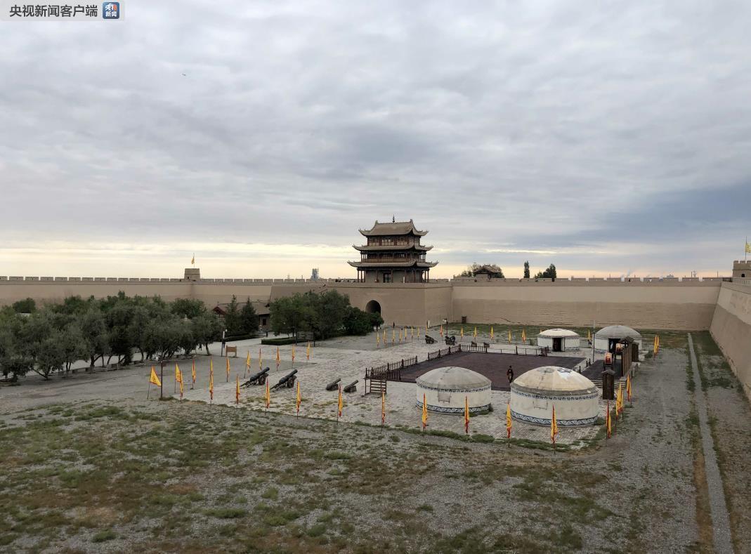 远眺嘉峪关关城。(央视记者彭汉明拍摄)