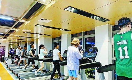 晚间的健身房跑步机前人气很旺。