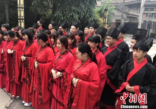 """图为来自台湾十余所高校的32名大学生在西安身着汉服开启""""文化之旅""""。 张一辰 摄"""