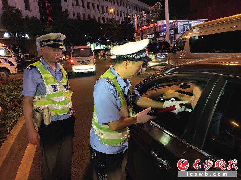 交警对过往撤司驾驶裙止查抄 。   湖北交警供图