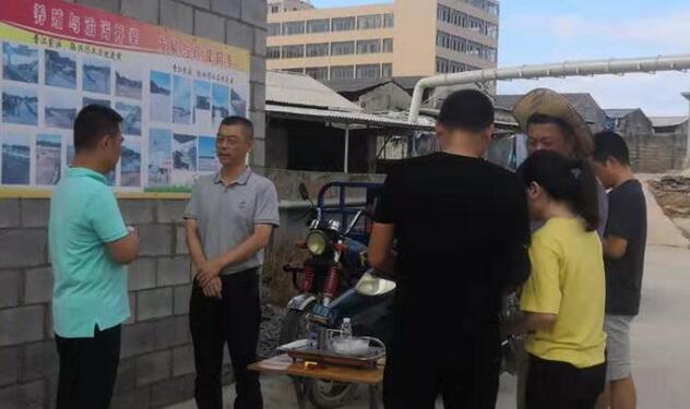 晋江市农业农村局工作人员进村入厂指导养殖户开展动物疫情防控。 (牛效礼 摄)