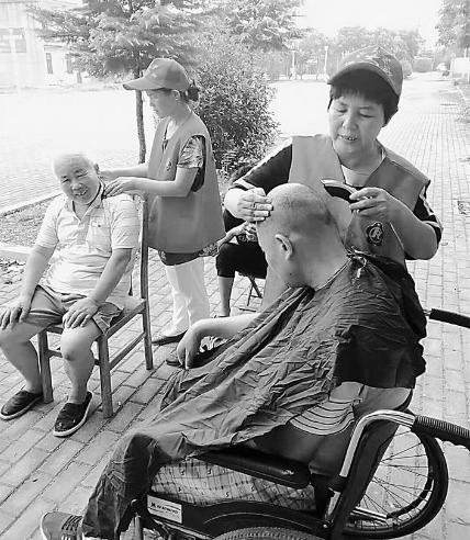 張紅運和志愿者在淮北杜集區六礦北村開展志愿服務活動。(張紅運供圖)