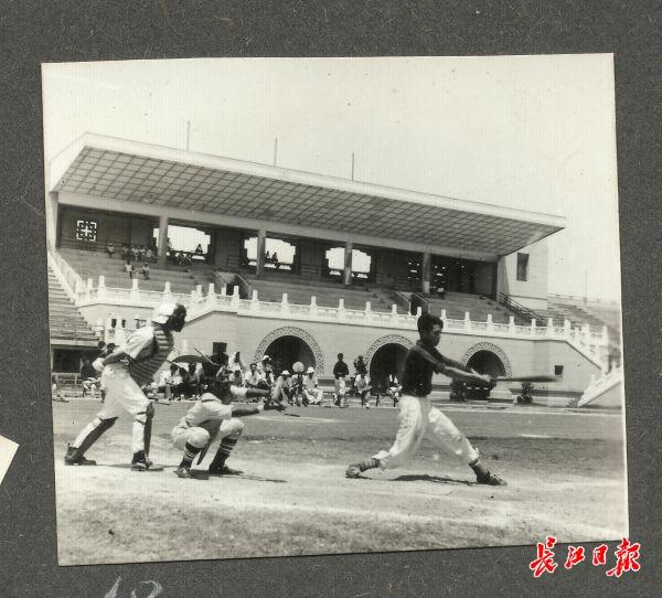 1959年第一届全国运动会预赛武汉赛区棒球比赛现场