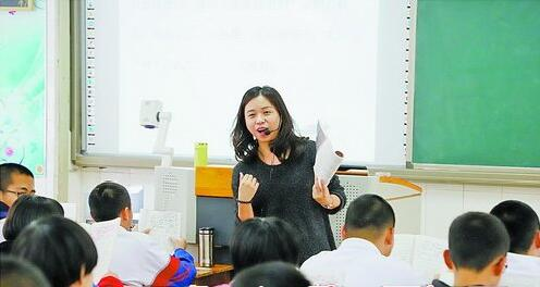 十一中的老师们全情投入,努力搞好教育教学质量。