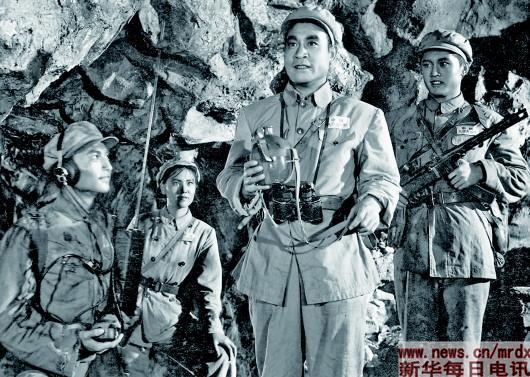 国产故事片《上甘岭》镜头之一:坚守在上甘岭的英雄们——张连长(右二)、通讯员杨德才(右一)、卫生员王兰(左二)。新华社发