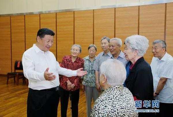 2016年9月9日,习近平总书记同母校老教师们亲切交谈。(新华社)