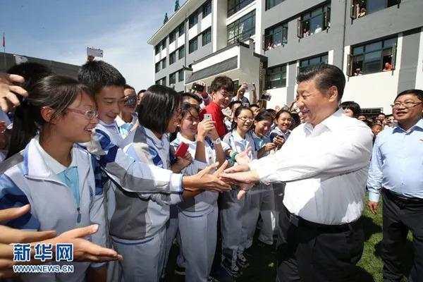 2016年9月9日,习近平总书记离开北京市八一学校时与教师和学生惜别。(新华社)