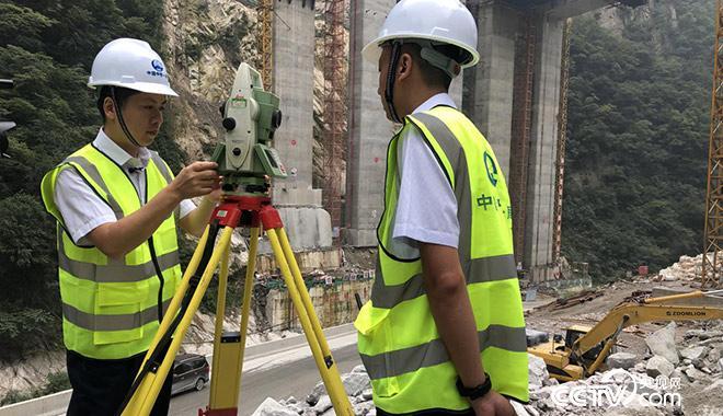 白芝勇(左一)带着徒弟进行测量外业观测练习 央视网记者 弟辰晨/摄