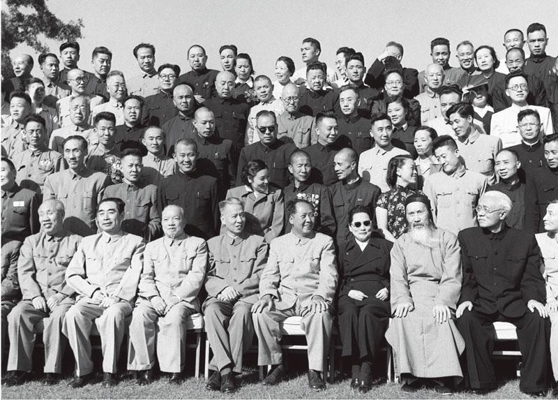 中华人民共和国第一届全国人民代表大会第一次会议全体代表于1954年9月21日合影。 毛泽东主席和代表们在一起。前排左起:董必武、周恩来、李济深、刘少奇、毛泽东、宋庆龄、张澜、林伯渠。 新华社稿 侯波/摄