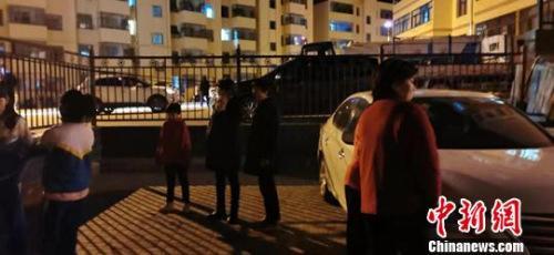 张掖市肃南县民众在户外避险。 武雪峰 摄