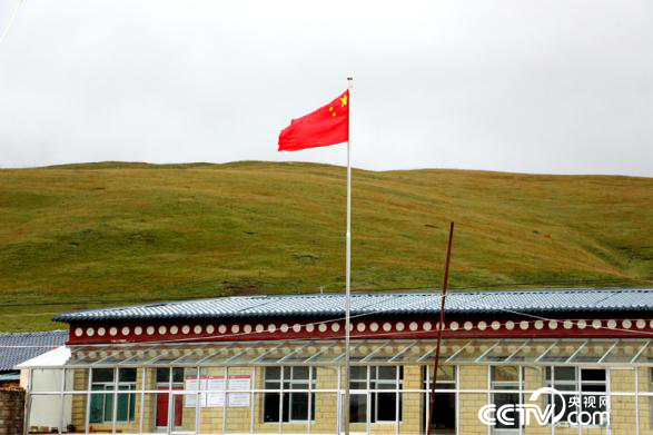 村委会大院里国旗高高飘扬
