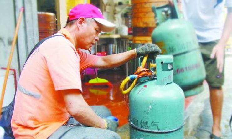 湖里区要求送气工为用户换气时,应主动检查胶管和减压阀是否合规