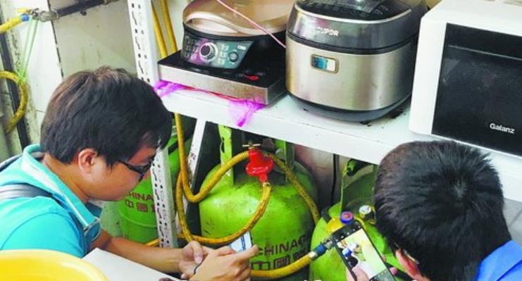湖里区燃气工作人员深入餐饮场所检查燃气安全