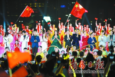 广州庆祝中华人民共和国成立70周年文艺晚会在广州塔下举行。南方日报记者 董天健 郑一见 见习记者 徐昊 摄