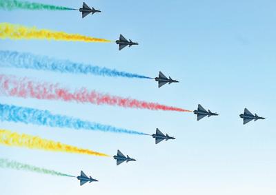 图为领队机梯队飞过天安门广场上空。