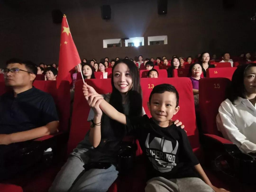 北京观众李傲的丈夫是中部战区空军某部军官,因为要保障国庆阅兵,无法陪同家人。她带着4岁的孩子到影院观看国庆阅兵直播。儿子目不转睛地盯着大银幕,觉得一定可以看见自己的爸爸。