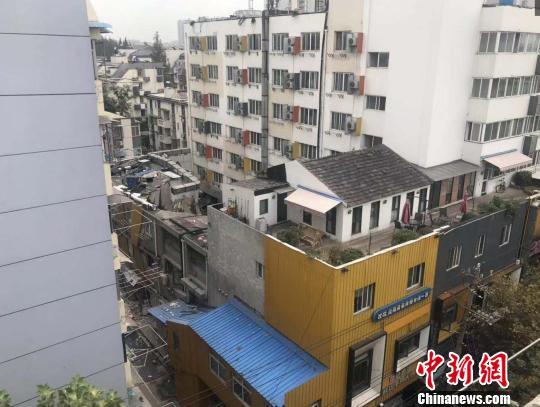 整体三层楼的建筑垮塌。 目击居民供图 摄