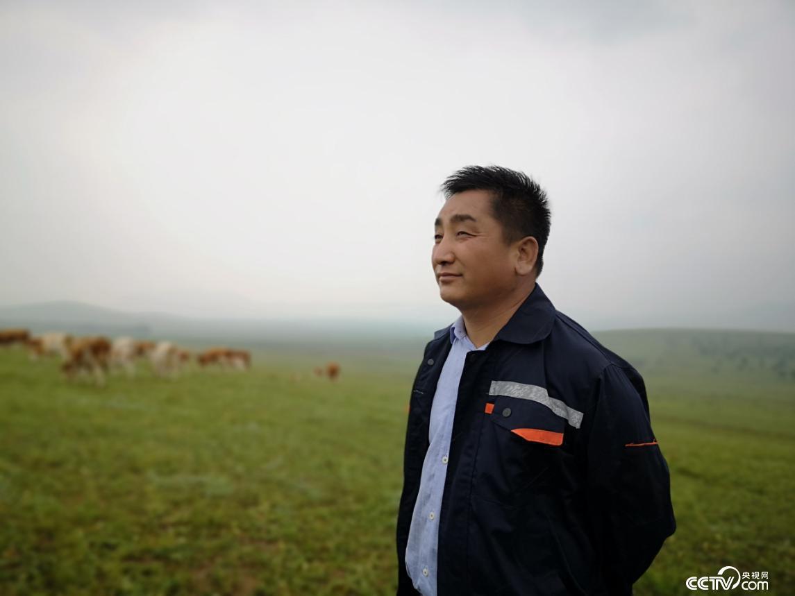 东萨拉嘎查党支部书记吴云波。(何川 摄)
