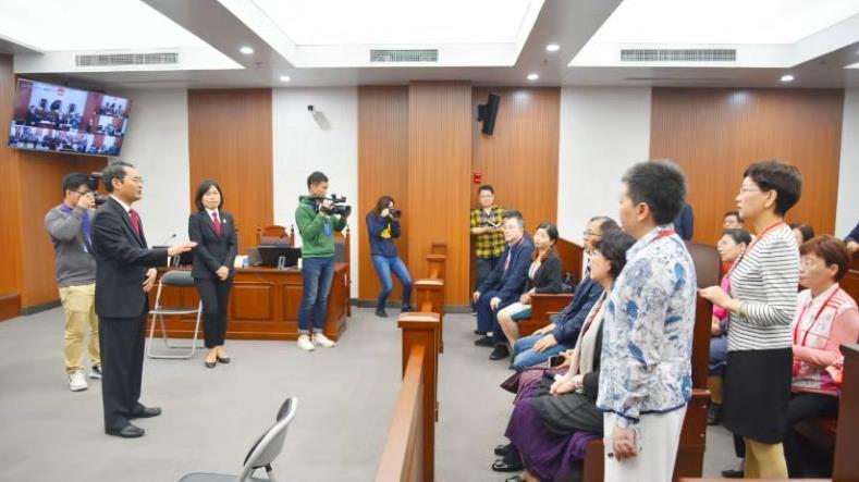 最高人民法院第五巡回法庭正在开庭审理案件,部分全国人大代表正在旁听。