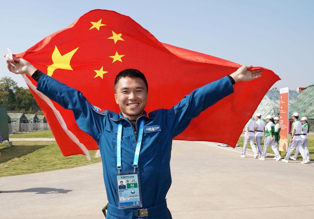 10月19日,中国队运动员廖伟华庆祝夺冠。当日,在武汉举行的第七届世界军人运动会空军五项低空三角导航飞行比赛中,中国队运动员廖伟华以总分3500分的成绩夺得冠军。新华社记者金良快摄