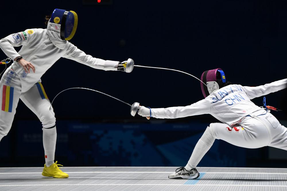 10月19日,中国选手孙一文(右)在比赛中。当日,在武汉举行的第七届世界军人运动会女子重剑个人赛决赛中,中国选手孙一文以11比10战胜罗马尼亚选手安娜,获得冠军。新华社记者王建威摄