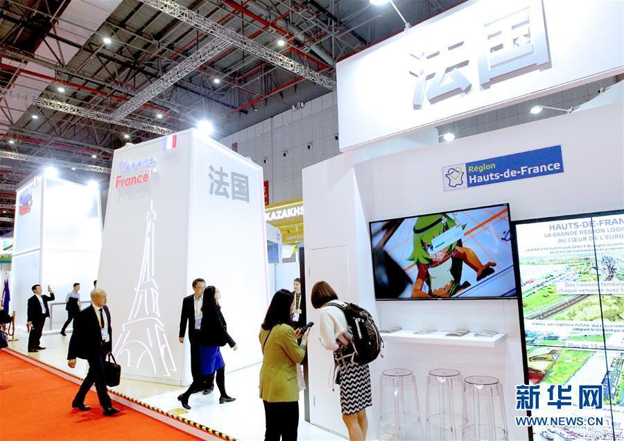 11月5日,参观者在第二届进博会法国国家馆参观。 新华社记者 陈飞 摄