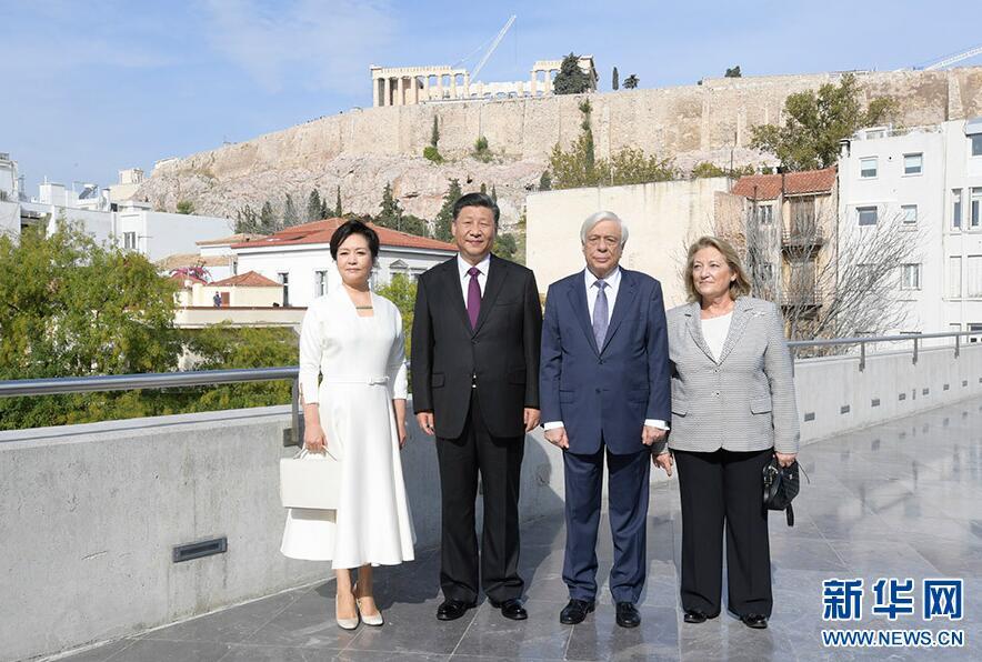 当地时间11月12日,国家主席习近平和夫人彭丽媛在希腊总统帕夫洛普洛斯夫妇陪同下,参观雅典卫城博物馆。 新华社记者 李学仁 摄