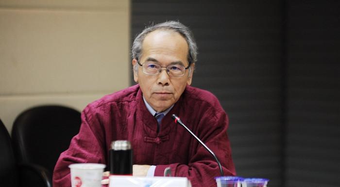 """11月13日,台湾师范大学地理学系原教授潘朝阳在台北表示,新课纲总体上强调多元文化,但没有核心,而且历史、地理等学科出现""""去中国化""""等问题,应该整体上加以检讨,回归专业。中国国民党智库国政基金会当天举办座谈会,邀请教育界人士讨论台湾新版12年(指小学至高中)教育课纲对学生的影响。"""