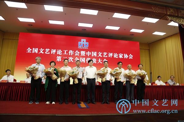 中国文联党组书记、副主席李屹向中国评协第二届顾问颁发聘书。中国文艺网 胡艳琳 摄