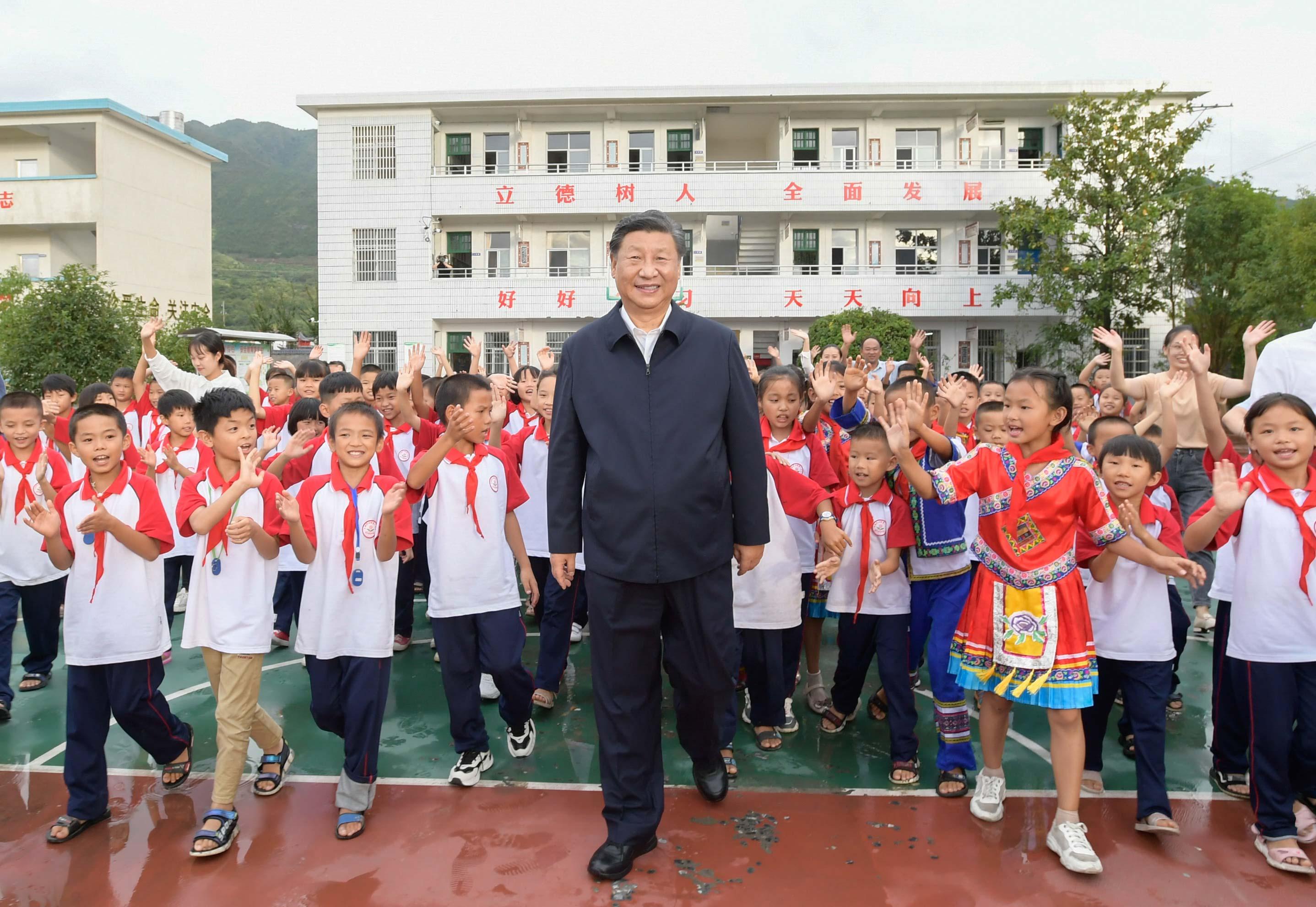 9月16日至18日,中共中央总书记、国家主席、中央军委主席习近平在湖南考察。这是16日下午,在郴州市汝城县文明瑶族乡第一片小学,师生们簇拥着习近平步出校园。