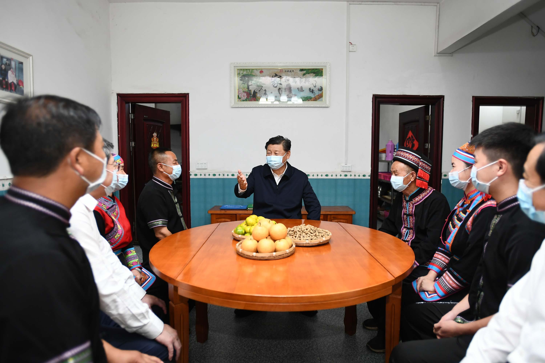 9月16日至18日,中共中央总书记、国家主席、中央军委主席习近平在湖南考察。这是16日下午,在郴州市汝城县文明瑶族乡沙洲瑶族村,习近平同村民朱小红一家拉家常。
