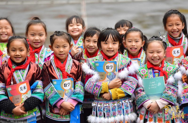 △广西融水苗族自治县杆洞乡中心校的孩子们在合影(2019年3月14日摄)。
