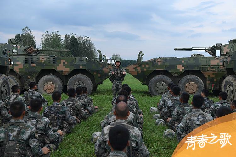 """2020年8月13日,中部战区陆军某旅""""大功三连""""利用训练间隙开展组织理论学习。"""