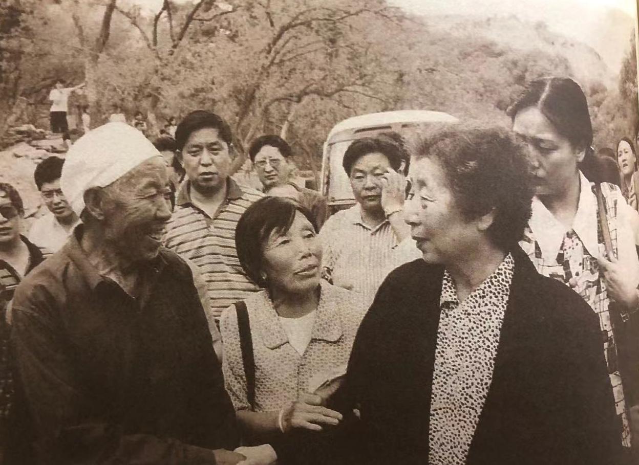 2000年夏天,齐心回到郝家桥村看望乡亲。 来源《习仲勋画传》