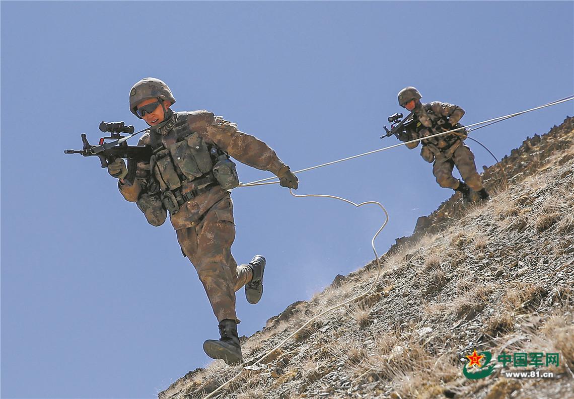 沙尘漫天,新疆军区某合成师侦察兵训练震撼来袭插图(4)