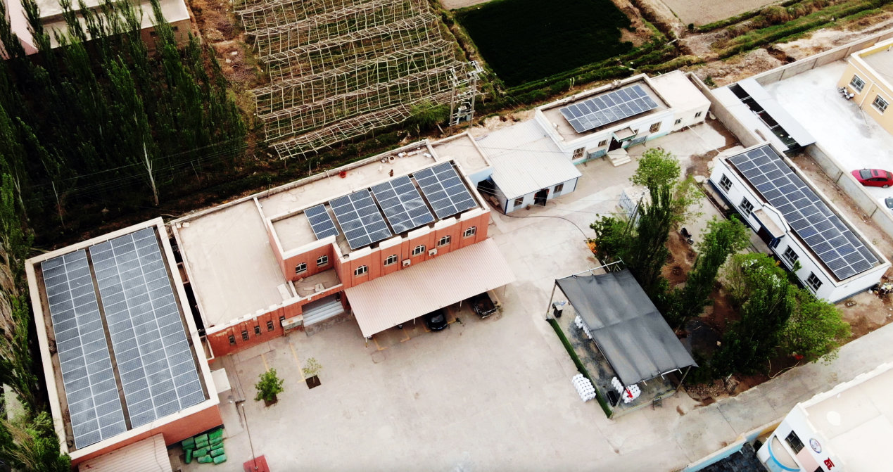 瓦克瓦克村委會屋頂,光伏發電為村民帶來了光明,也帶來了希望。