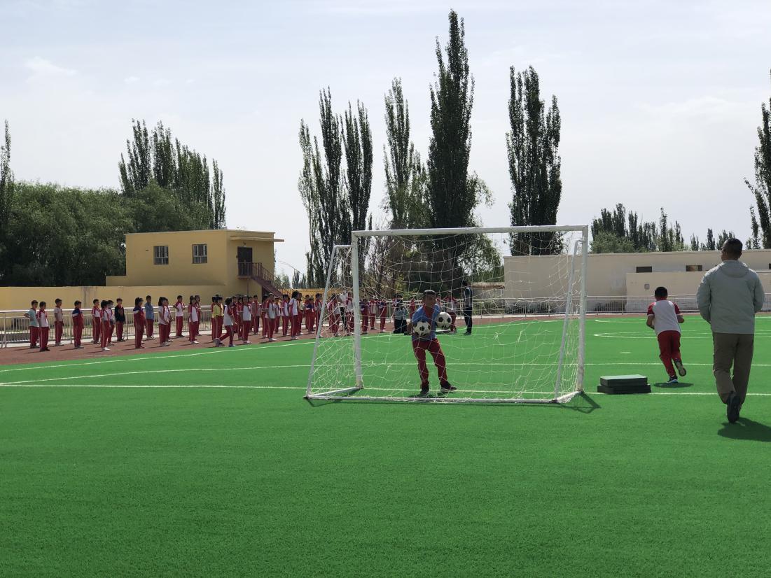 瓦克瓦克村小學,孩子們正在上體育課。