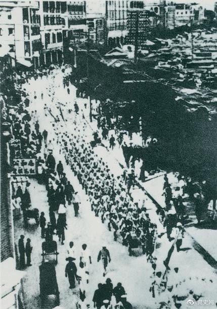 从1925年6月19日起,香港和广州租界的20万工人举行罢工,声援上海人民的反帝斗争。23日,广州和由香港回广州的工人10万余人举行大游行,在沙基惨遭英、法帝国主义的镇压。图为当时的游行队伍。