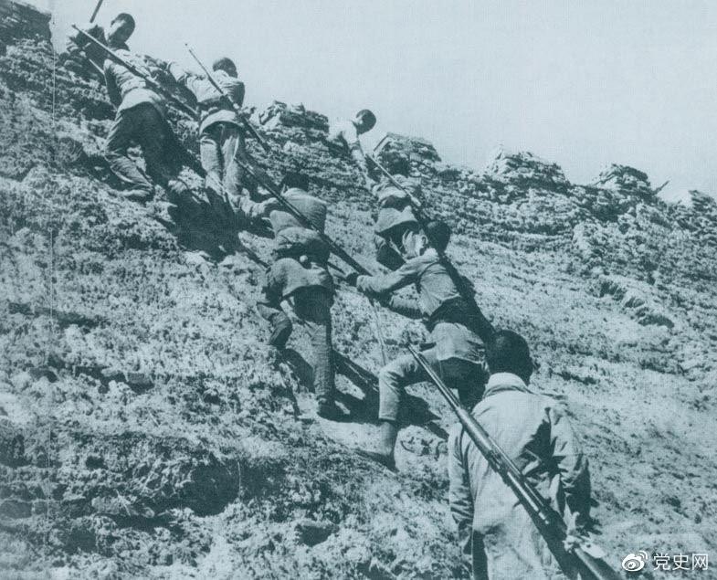 1945年6月25日,八路军冀中部队攻克河北献县。图为部队奋勇攀登城墙。