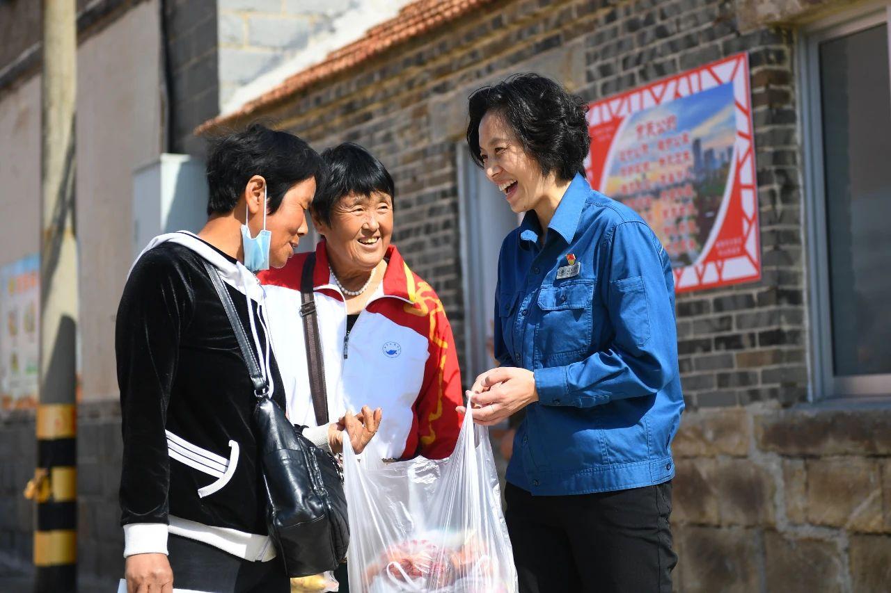 第一书记在村中和赶集回来的村民聊天 朱峥 摄