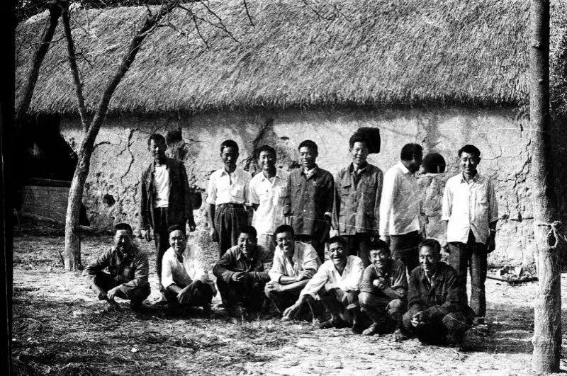"""1981年,小岗村部分""""大包干""""带头人在茅草屋农舍前合影"""